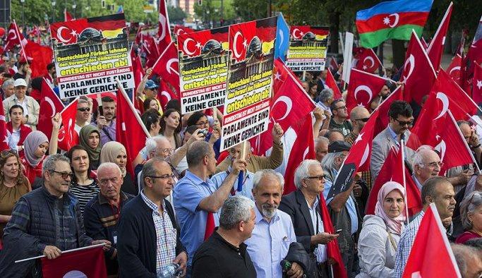 Türk dernekleri Alman meclisini protesto etti