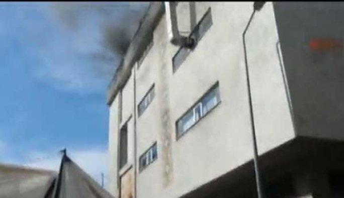 Yıldırım çarptı, binanın çatısı yandı