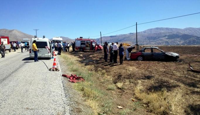 Alev alan otomobilin sürücüsü yanarak öldü