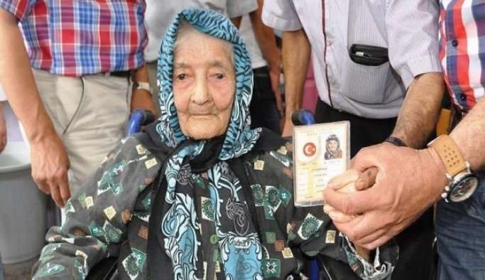 Ayşe nine 113 yaşında 'demokrasi nöbeti'nde