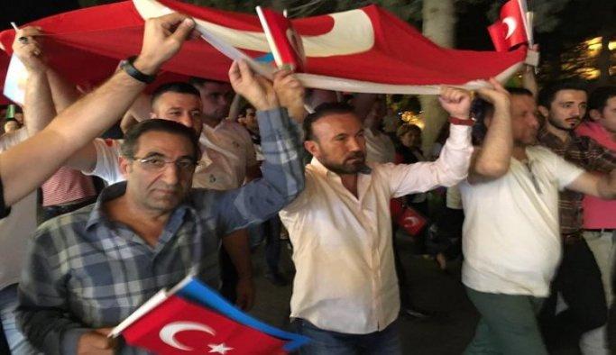 Azerbaycanlı öğrenciler 'demokrasi nöbeti'ne destek verdi