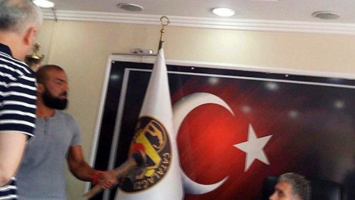 Baltayla belediye başkanının odasına girdi