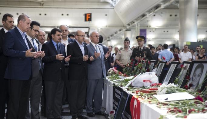 Erdoğan, Atatürk Havalimanı'ndaki taksicileri ziyaret etti