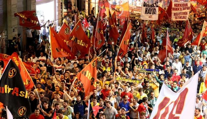 Taraftarlar demokrasi yürüyüşünde