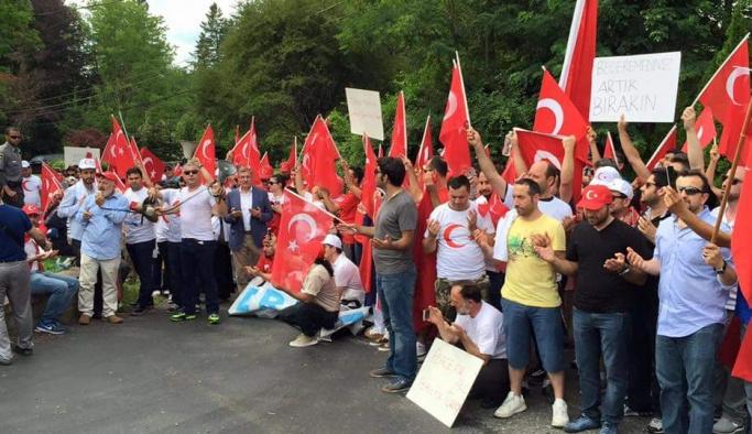 Fetullah Gülen'in evi önünde protesto