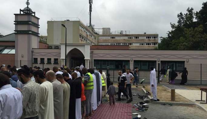 Fransa'daki camilerde ölenler için dua