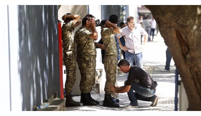 Genelkurmay'daki askerler tek tek teslim oluyor