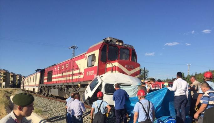 GÜNCELLEME - Denizli'de hemzemin geçitte kaza: 4 ölü