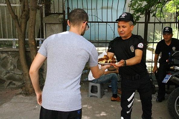 Hatay'da nöbet tutan polislere ikram