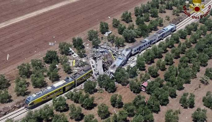 İtalya'da trenler çarpıştı