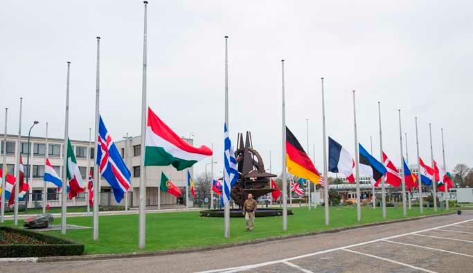 NATO üyesi ülkelerde bayraklar yarıya iniyor