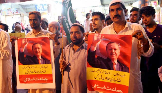 Pakistanlılar Türkiye için sokaktaydı