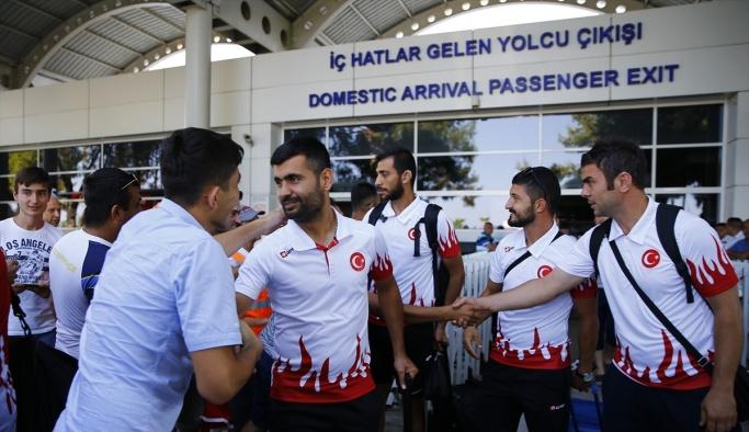Şampiyon sporcular Antalya'da coşkuyla karşılandı
