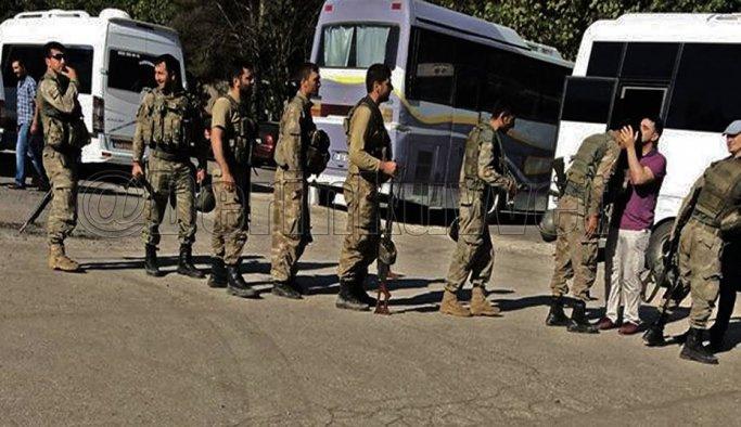 Komutan, askerleri alınlarından öperek karşıladı