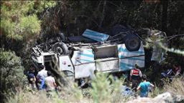 Tarım işçilerini taşıyan minibüs uçuruma devrildi