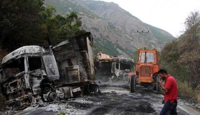 Yol kesip araçları ateşe verdiler