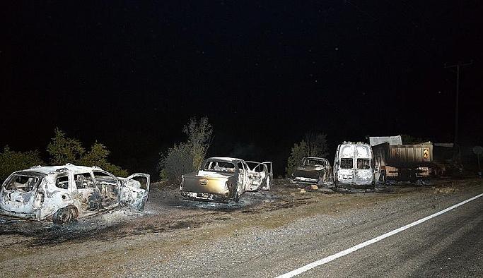 Yol kesen teröristler 6 aracı yaktı