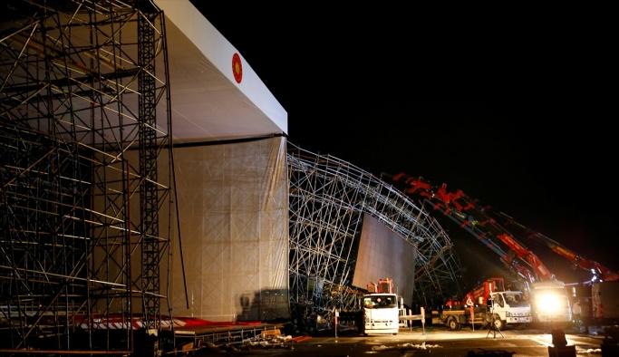AKM'de tören için kurulan platformun yıkılması