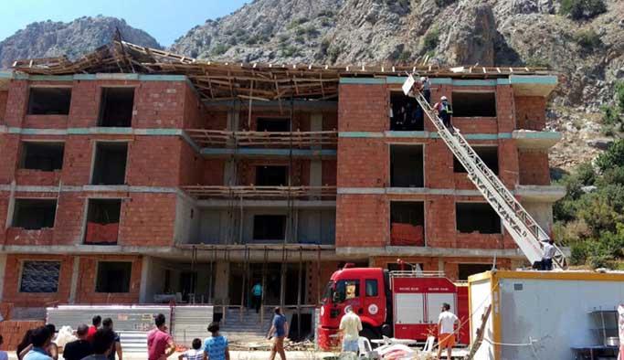 Antalya'da inşaatın çatısı çöktü