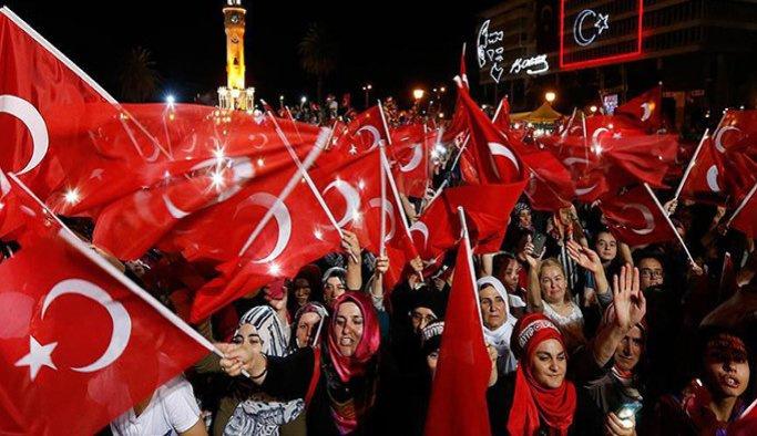 İzmir demokrasi nöbetine devam ediyor