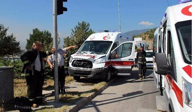 Karabük'te ambulansla otomobil çarpıştı: 6 yaralı