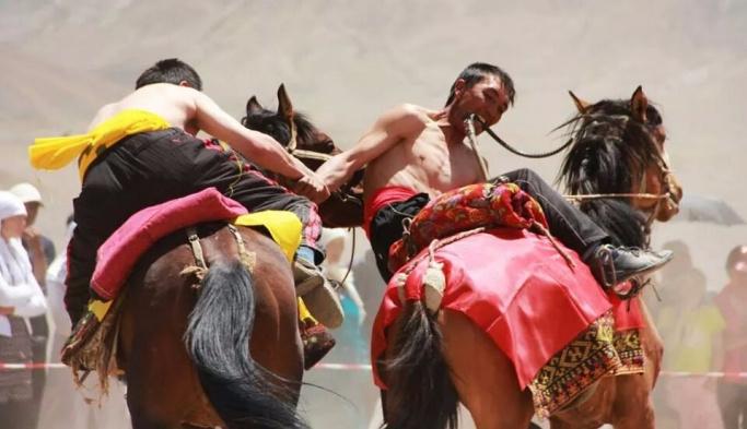 Kırgızistan'da 2. Dünya Göçebe Oyunları kıyafetleri tanıtıldı