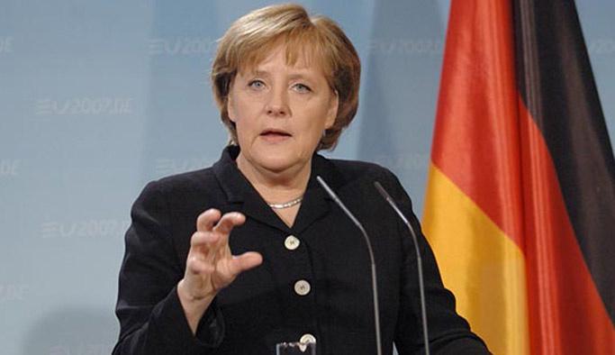 Merkel: Türkiye'deki darbeyi kınamalıyız
