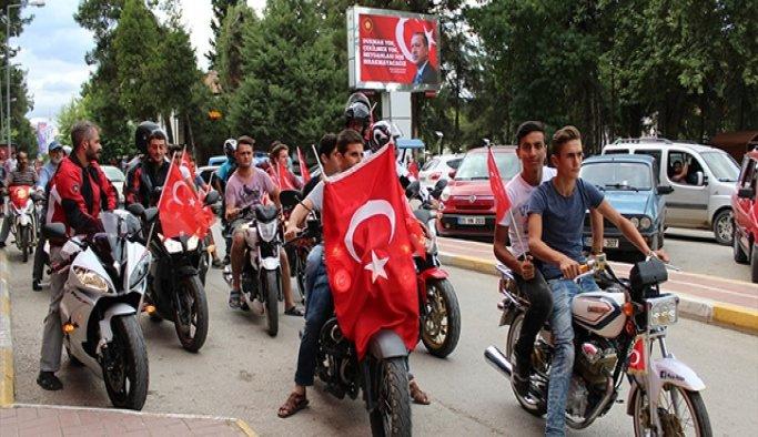 Motosiklet sürücüleri, darbe girişimini protesto etti