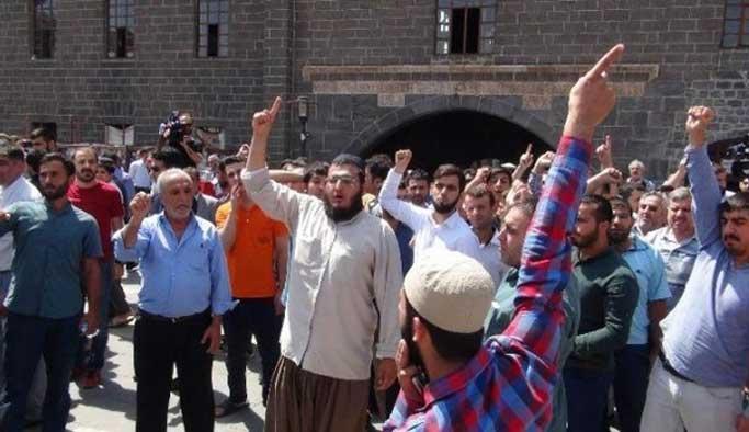 PKK'lıyı Diyarbakırlıların elinden polis kurtardı