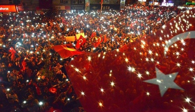 Uşak'ta demokrasi nöbeti sürüyor