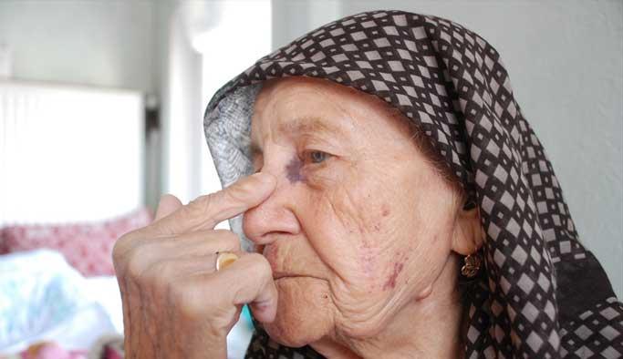 Yaşlı kadına hem darp hem gasp