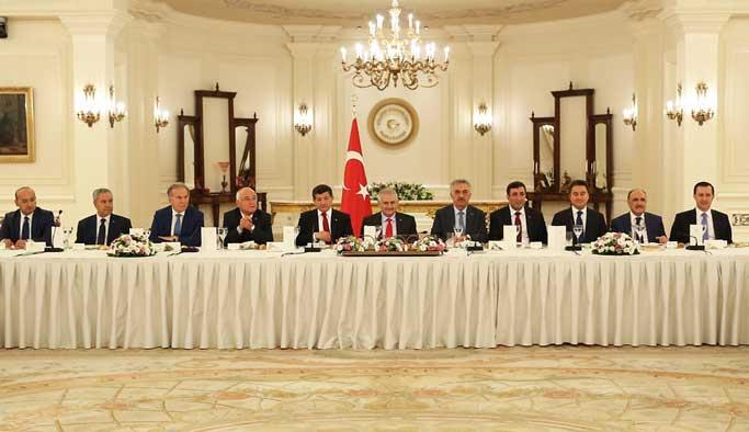 AK Partili eski bakanlar beş eksikle buluştu