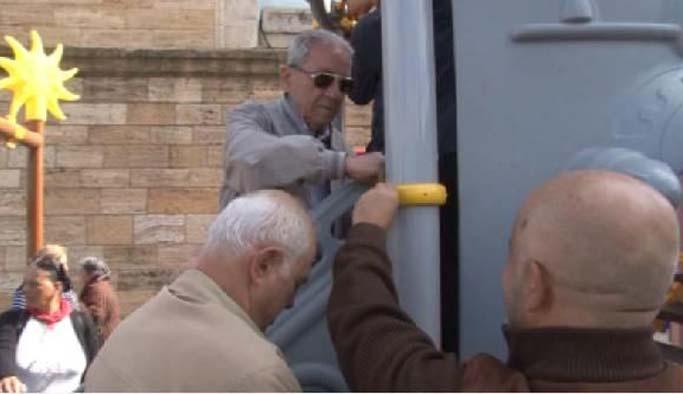 CHP'liler Anıtkabir'deki oyuncakları söktü