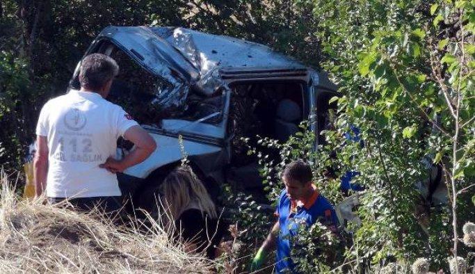 Erzincan'da hafif ticari araçla kamyon çarpıştı