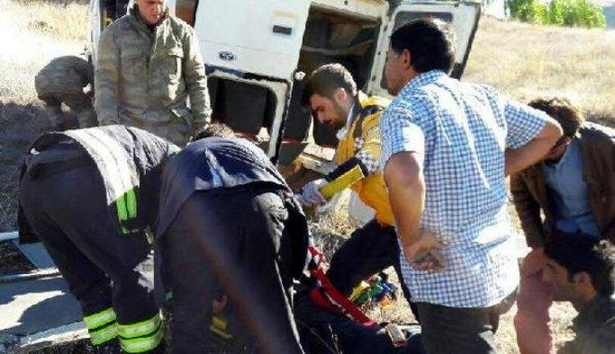 Erzurum'da minibüs devrildi: 12 yaralı