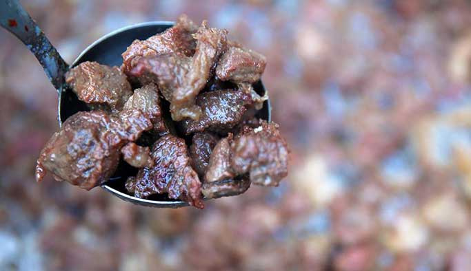 Eti kesinlikle az pişmiş yemeyin