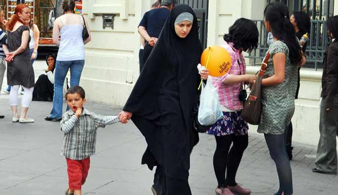 Fransız ırkçılar başörtülü anneleri okula sokmadı