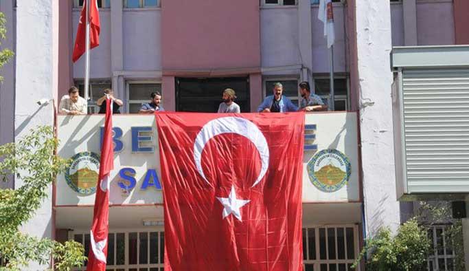 Hakkari belediyesinde ilk iş Türk bayrağı asıldı