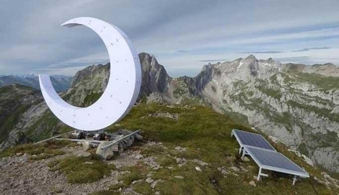 Hristiyanlara kızan ateist Alplere hilal dikti