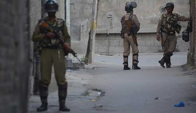 Keşmir'de bir protestocu öldürüldü