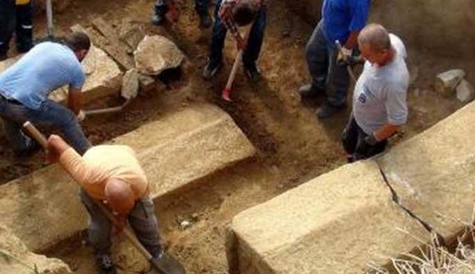 Köylülerin bulduğu lahitten altın çıktı