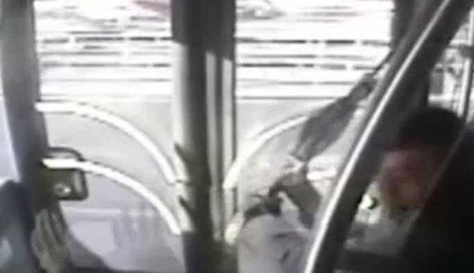 Metrobüsteki şemsiyeli saldırı kamerada - VIDEO