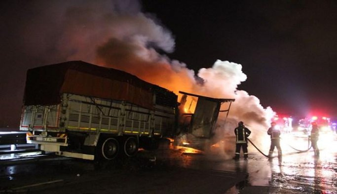 Otoyolu'nda kamyon yandı