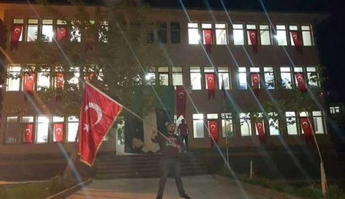 'Terör'den alınan belediye bayrakla süslendi