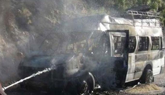 Teröristler köy minibüsünü ateşe verdi