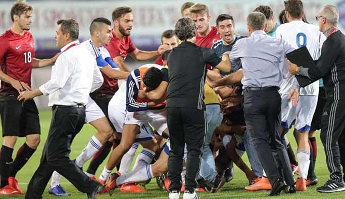Türkiye-Güney Kıbrıs maçında saha karıştı