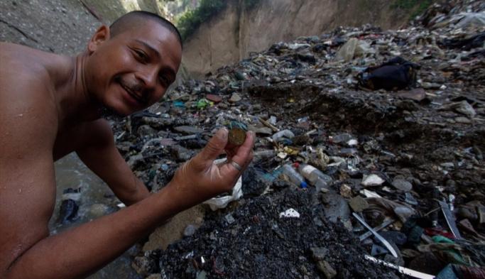 Zehirli atıklar arasından 'ekmek parası' FOTO