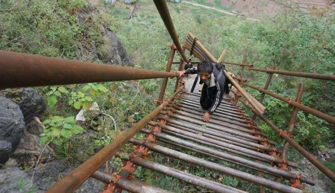 Çinli çocuklar okula gitmek için dağa tırmanıyor
