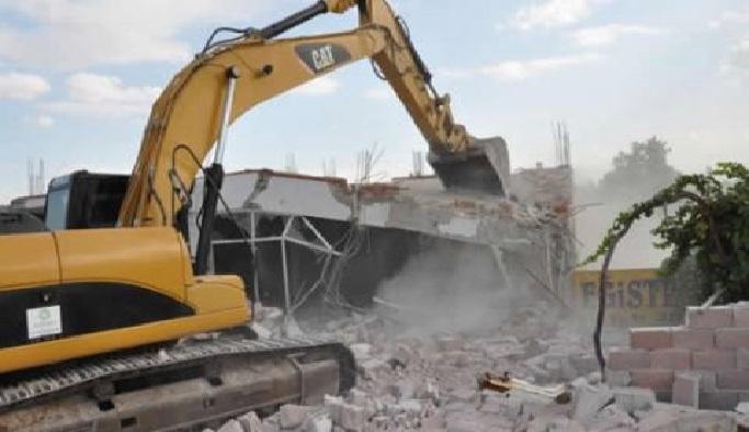 Fatih'te kaçak yıkım operasyonu