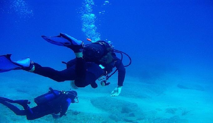 Antalya'da bir cip dalgalara kapıldı
